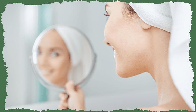 Femme miroir joli teint visage