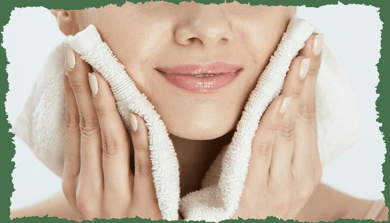 Femme nettoyer visage serviette