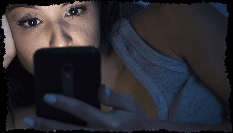 Femme smartphone lumière bleue