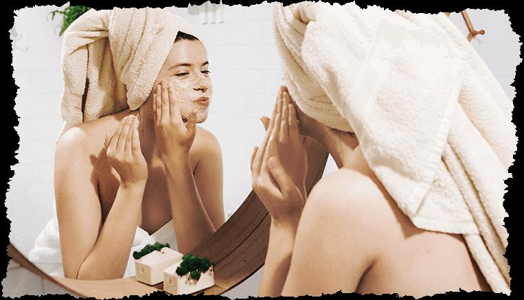 Femme exfolier visage miroir