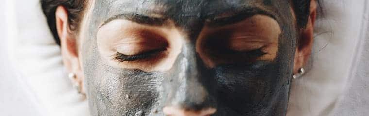 masque noir visage yeux fermés