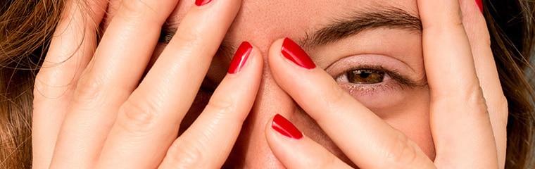 yeux femme main cache visage