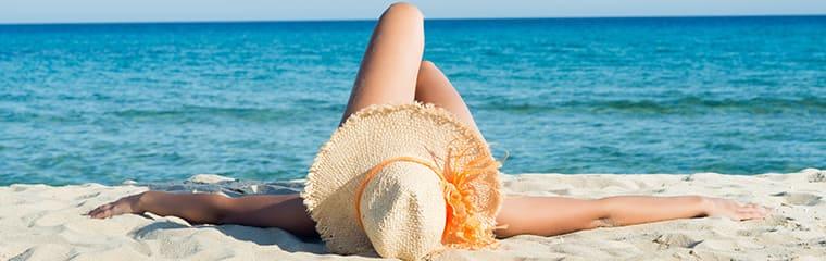 Femme couchée bronze soleil chapeau