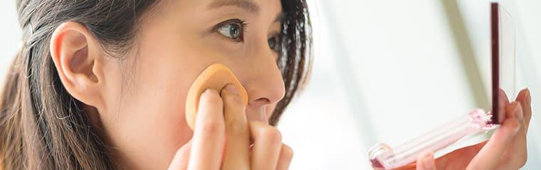 femme poudre visage fond teint