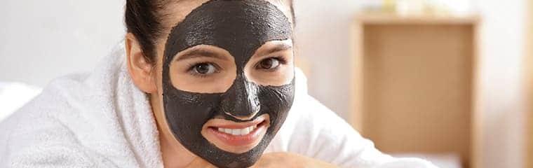masque noir charbon vegetal visage femme