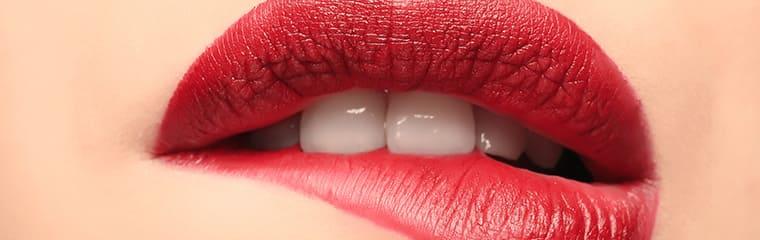 bouche mordue rouge à lèvres