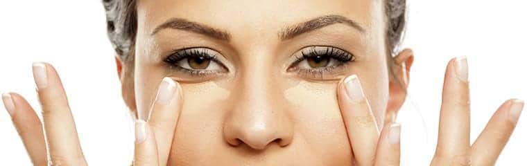 Femme maquillage yeux anticernes