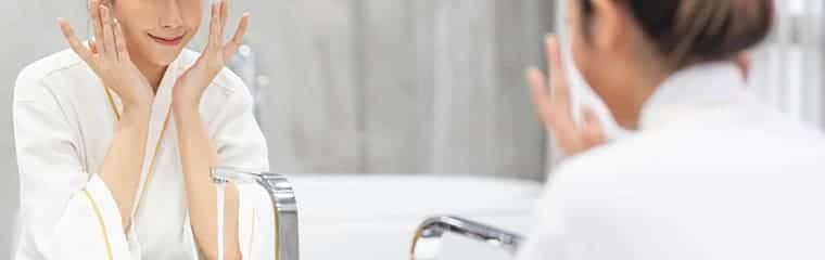 femme salle de bain rincer visage