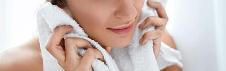 Nettoyer visage femme serviette