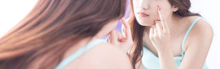 femme bouton acné miroir