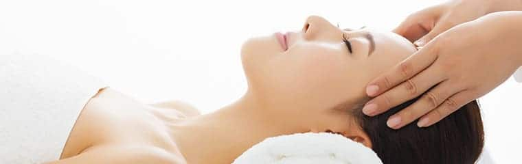 massage visage femme couchée