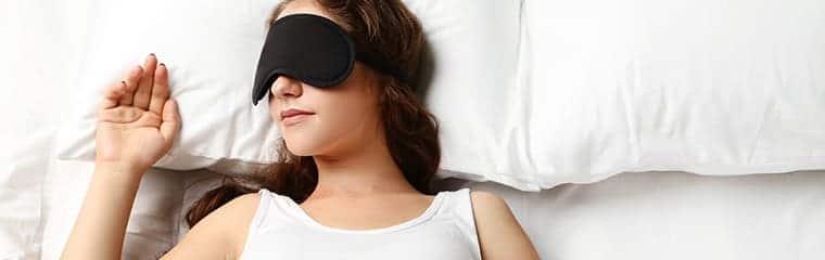 femme couchée masque nuit