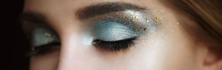 yeux maquillage bleu paillettes