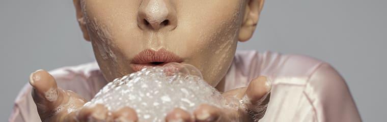 peau nettoyée mousse mains