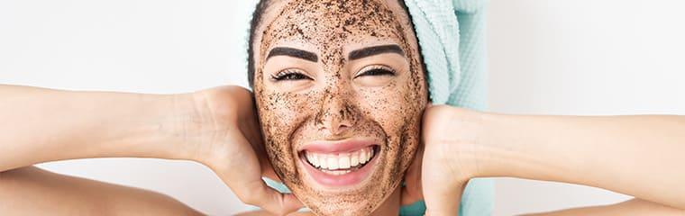femme masque visage exfoliation