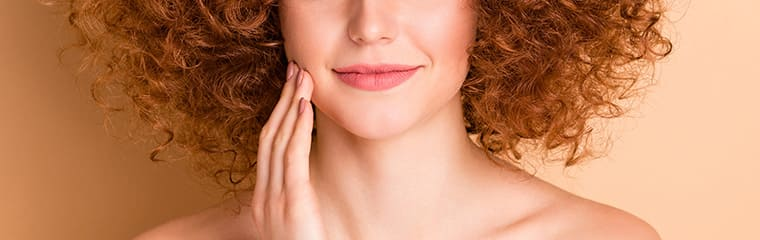 femme rousse peau nourrie