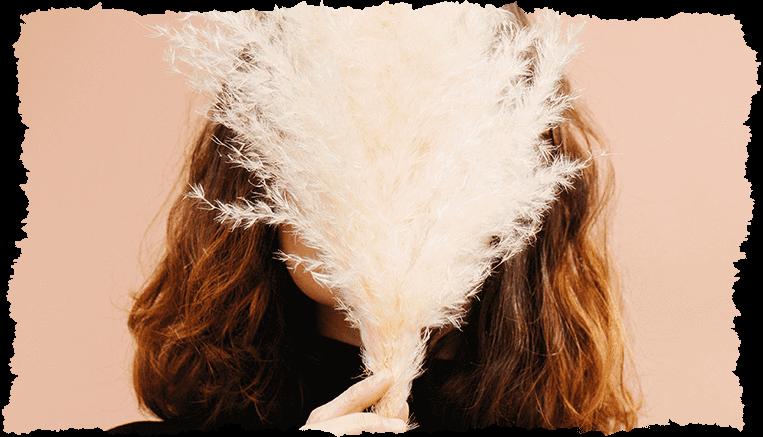 femme visage caché fleur
