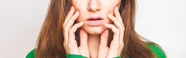mains visage femme effrayee