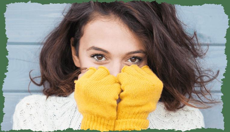 femme visage caché gants jaune