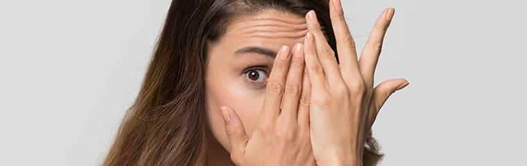 cernes yeux cachés mains femme