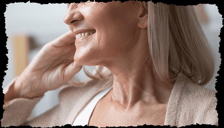 visage femme mature souriante