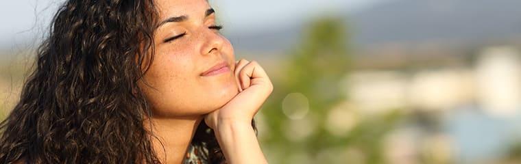 femme yeux fermé soleil