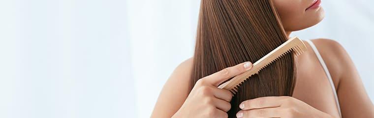 cheveux brillants peigne bois femme