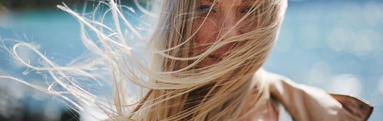 cheveux femme blonde vent mer