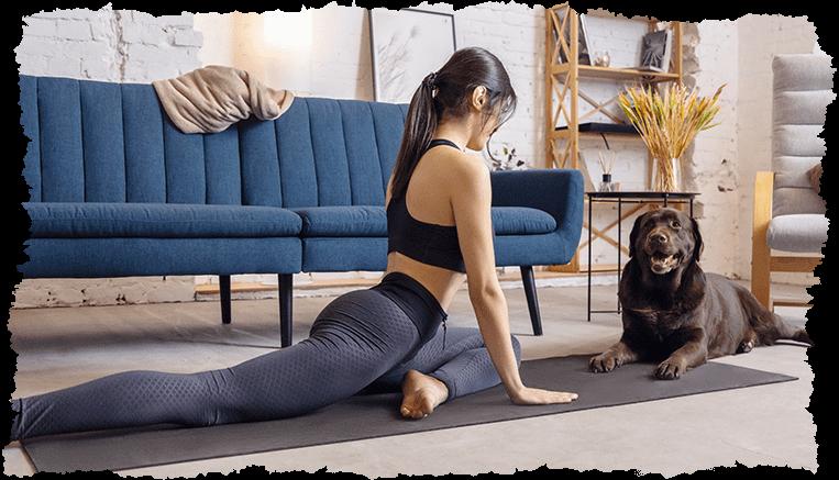femme position yoga salon chien