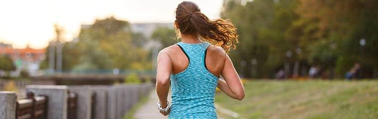 femme running nature sport