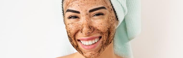 masque café visage femme souriante