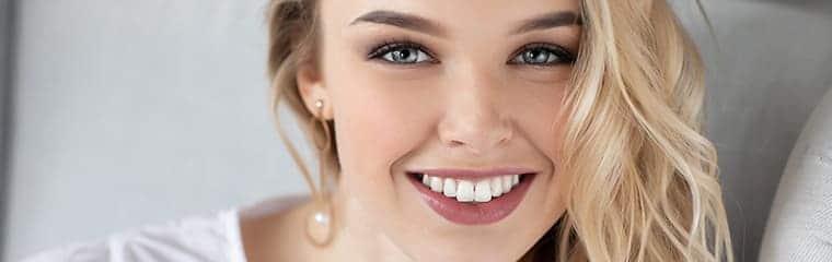 femme blonde lumineuse sourire