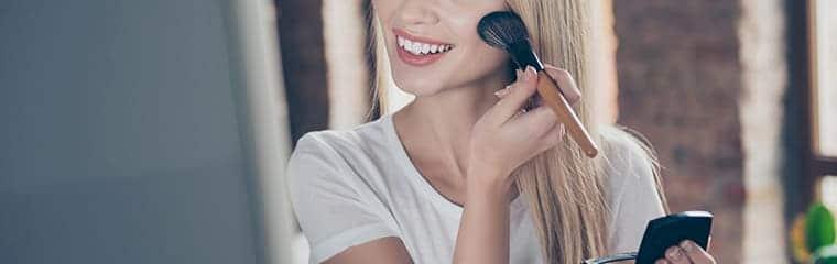 femme blonde maquillage fond teint
