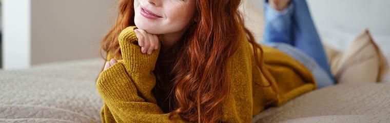 femme rousse vetement jaune moutarde