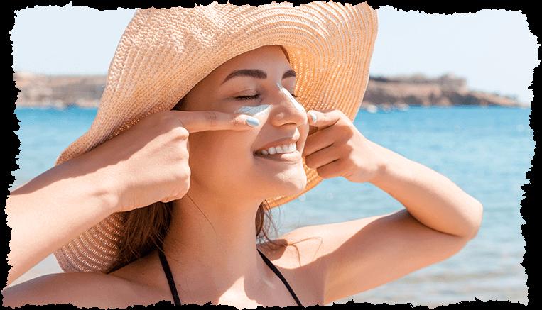 femme souriante chapeau paille plage