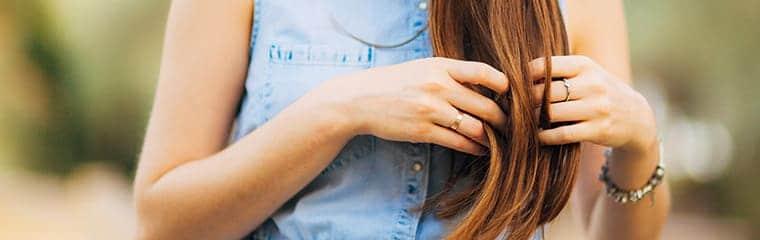 focus cheveux femme veste jean