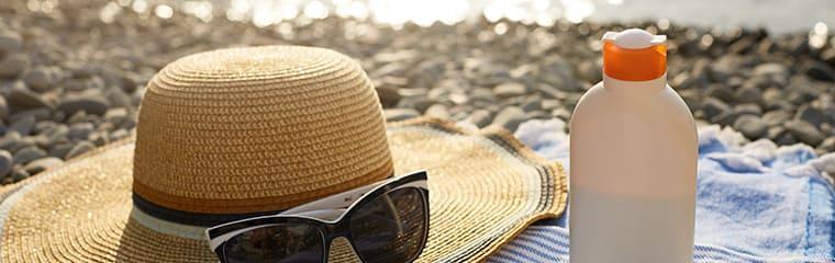 chapeau paille lunettes creme solaire plage