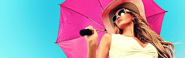 femme parapluie rose ciel bleu