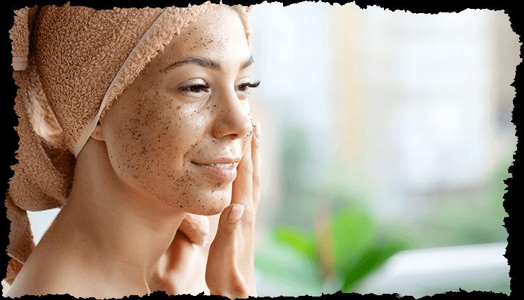 gommage visage femme souriante bronzée