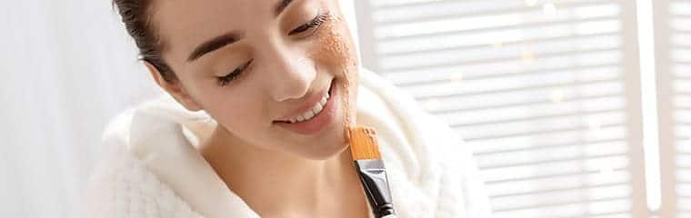 gommage visage pinceau application femme