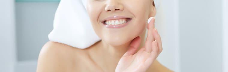 visage femme creme doigt peau hydratee