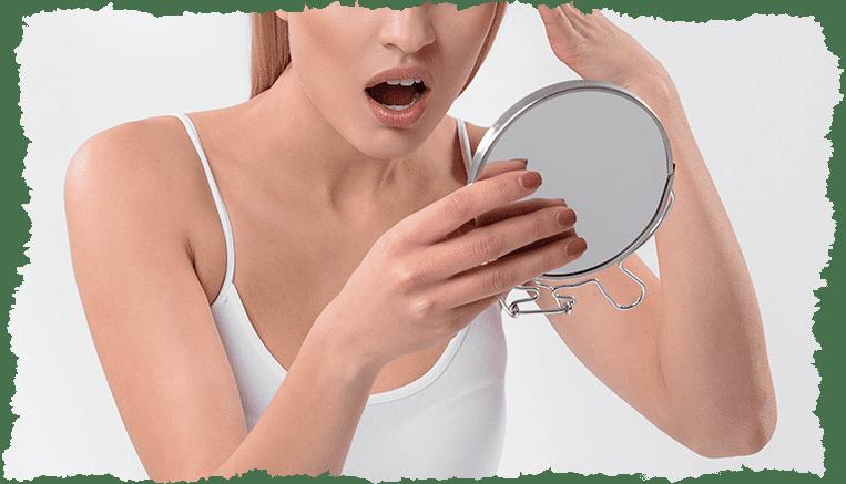 femme blonde surprise miroir