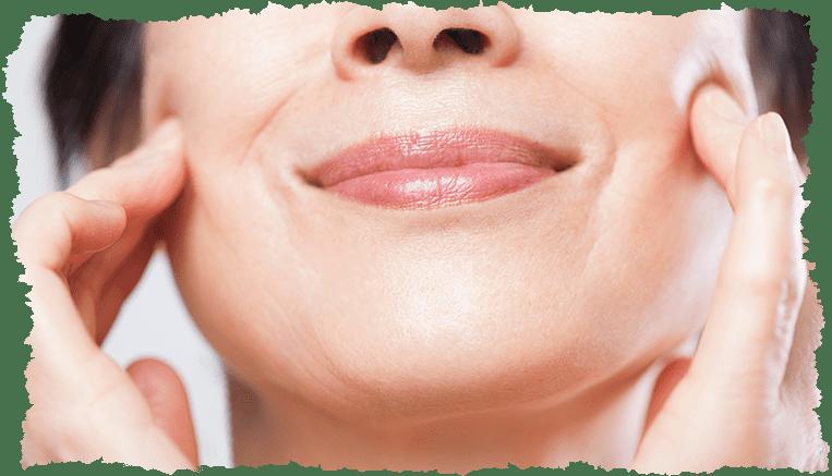 femme souriante peau joues qui tombent