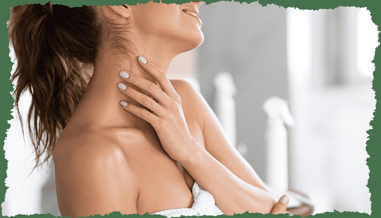 femme main sur le cou salle de bain
