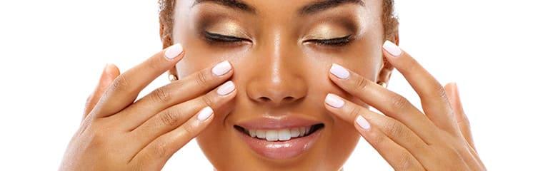 femme metisse yeux fermes massage visage